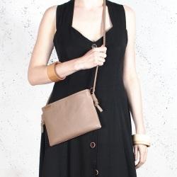 Nodo bag S ciemnobeżowa mała kopertówka z paskiem na ramię