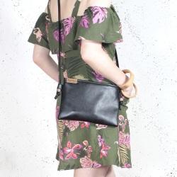 Nodo bag S czarna mała kopertówka z paskiem na ramię