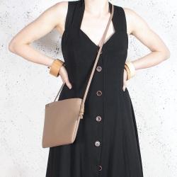 Nodo bag ciemnobeżowa kopertówka z paskiem na ramię