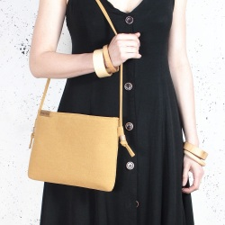 Nodo bag musztardowa kopertówka z paskiem na ramię