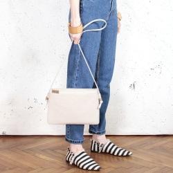 Nodo bag beżowa kopertówka z paskiem na ramię