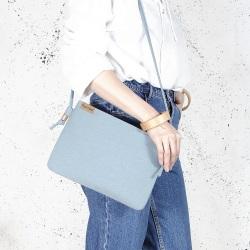 Nodo bag niebieska kopertówka z paskiem na ramię